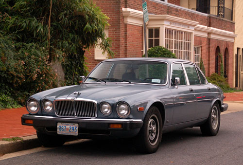mid-1980s Jaguar XJ6 seen in upper Georgetown with 1984 baseplate no. 087-293